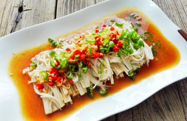 吃这道蒜蓉米椒蒸金针菇,不仅享受美味,还能让身体更健康
