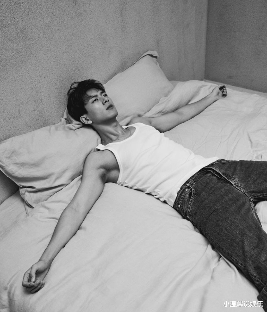 李现情人节3连拍,躺在床上秀肌肉,一细节引起网友不满