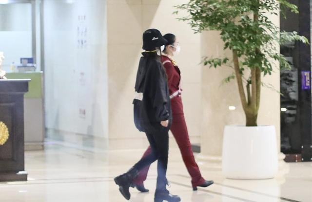 Angelababy现身机场享巨星待遇,黄晓明复工拍戏被路人追捧