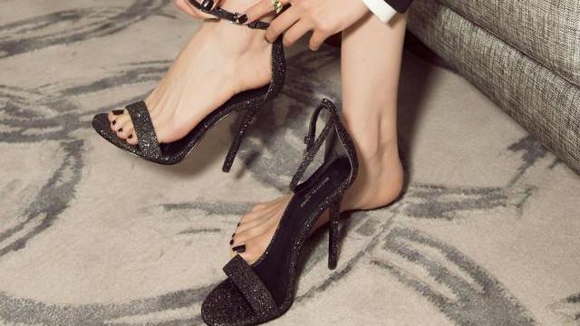 """有种""""惊艳""""叫露趾一字扣高跟鞋配脚指甲油,两字形容那就是完美"""