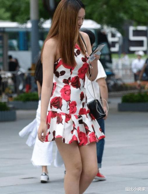 无袖的连衣裙,荷叶边增加设计感,更加衬托出小姐姐的完美身材