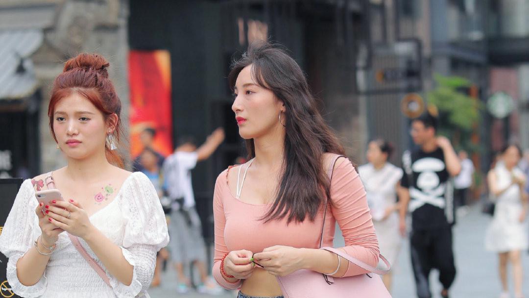 街头休闲风,粉色上衣配深色大码牛仔裤,发型更显沉稳大气