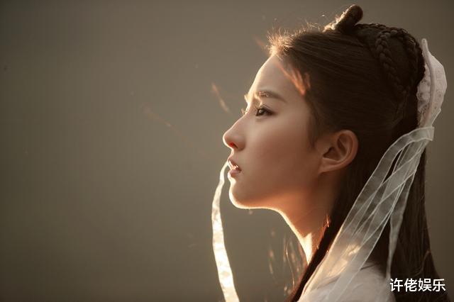 当年还在给刘亦菲撑伞的小配角,如今红得发紫,刘亦菲都追不上了