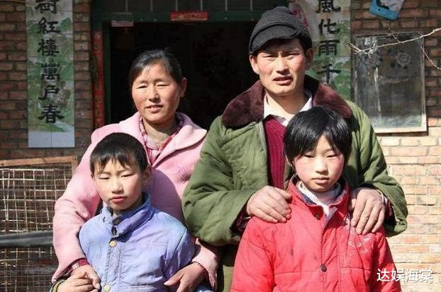 大衣哥儿媳开奔驰低调回村,面对村民笑容满面,刚新婚就探望父母