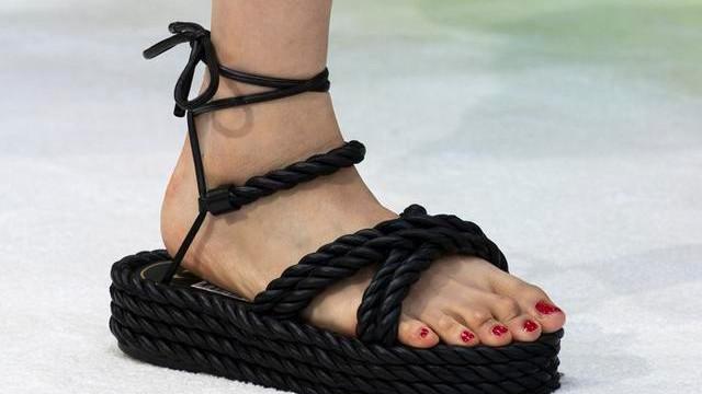 """夏天炙手可热的""""粗带凉鞋"""",舒适百搭不累脚,时尚博主们都在穿"""