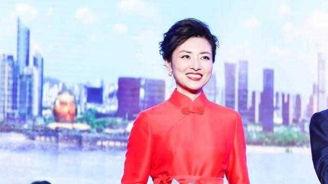 周涛终于穿旗袍裙了,大红色旗袍连衣裙配低盘发,气场开挂了