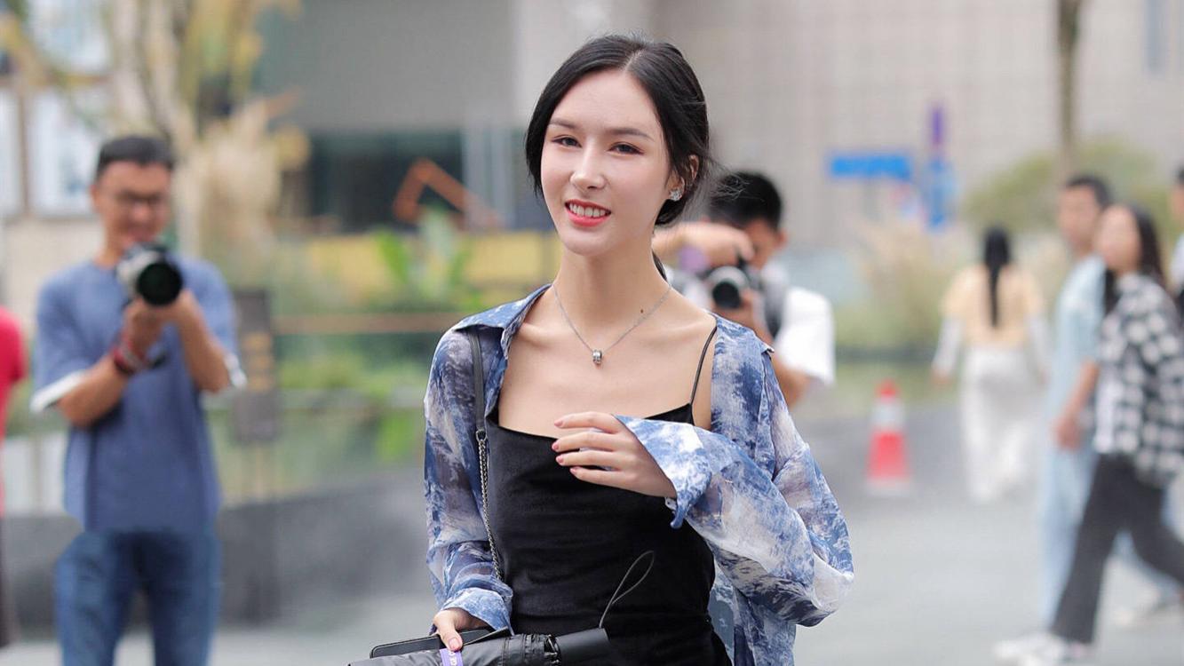 黑色呢绒吊带连衣裙,开叉款式搭配雪纺外套,时髦显瘦,尽显慵懒风