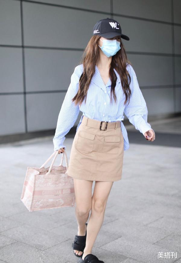 """杨颖最新机场造型,条纹衫配短裙少女腿绝了,不愧是""""生图杀手""""插图2"""
