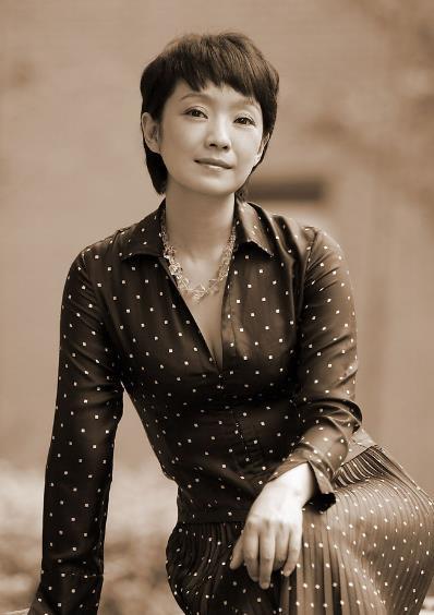 24岁演戏出道,39岁和张嘉译结婚,如今50岁的她被宠成公主