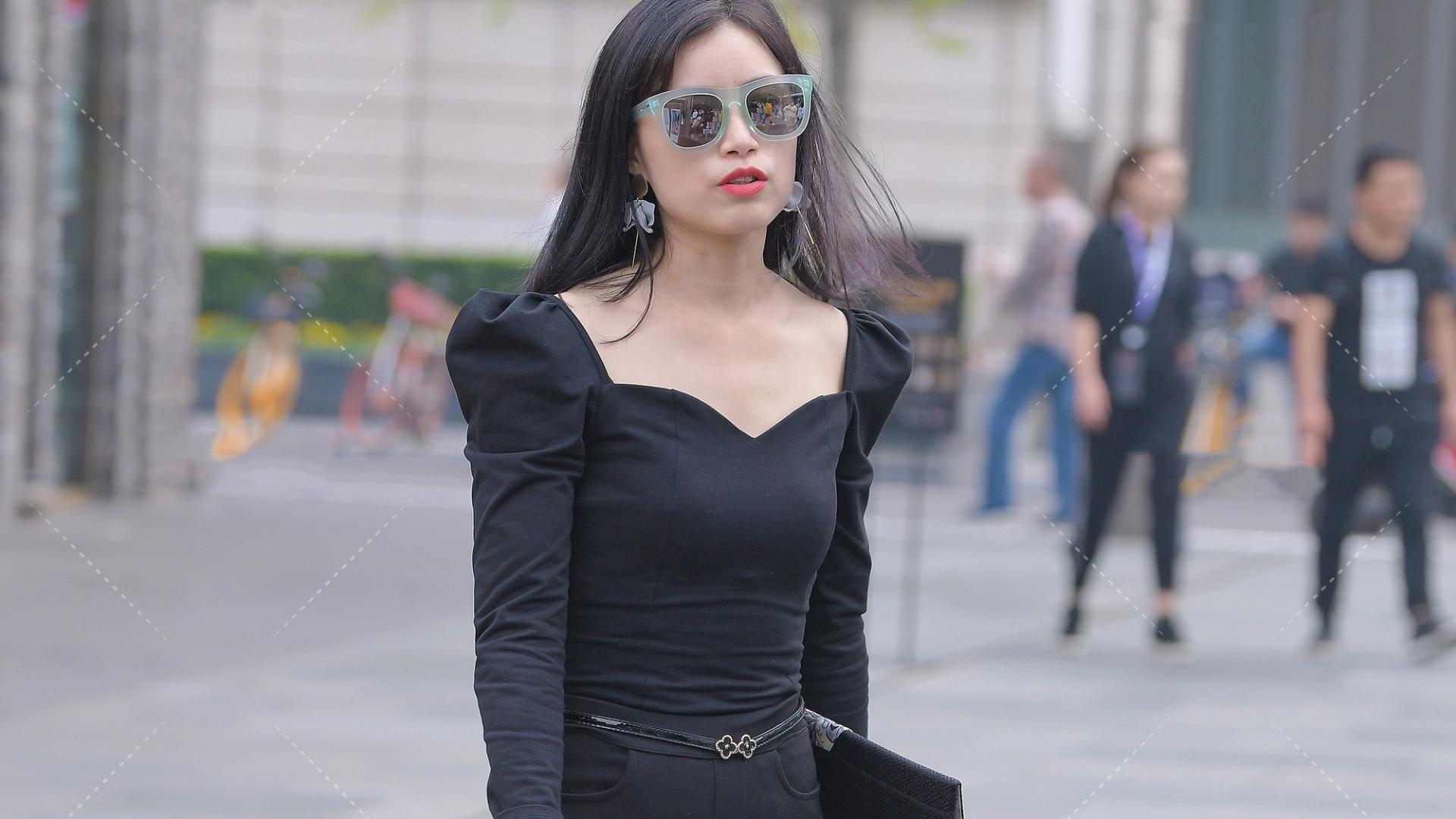 """黑色系也能穿出""""装嫩""""的感觉,喇叭裤搭配黑色仙女上衣,得体又耐看"""