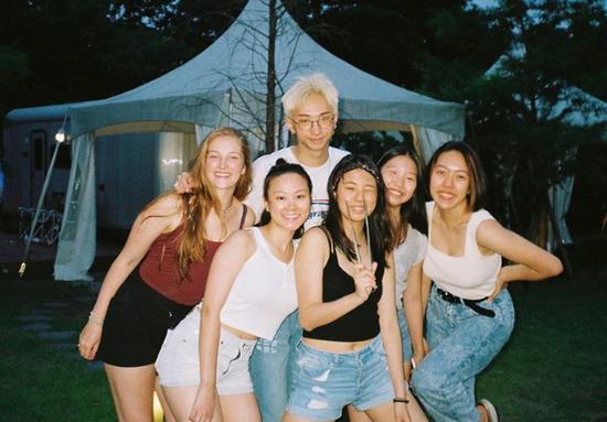 庾澄庆儿子长大了,18岁染金发穿裙子太前卫,与伊能静感情甚好