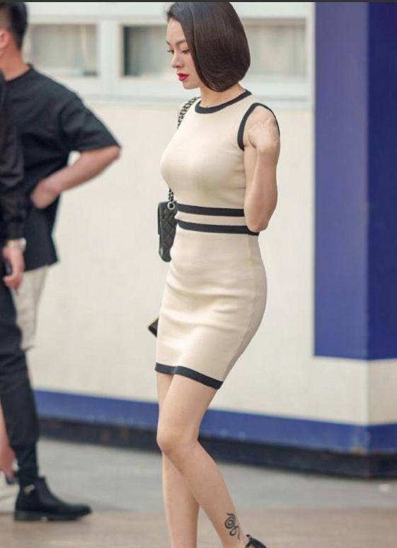 美女一条修身的高腰牛仔裤,展现完美的身材曲线