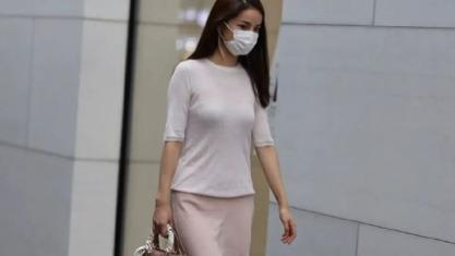 白色半袖T恤,搭配浅色长裙!