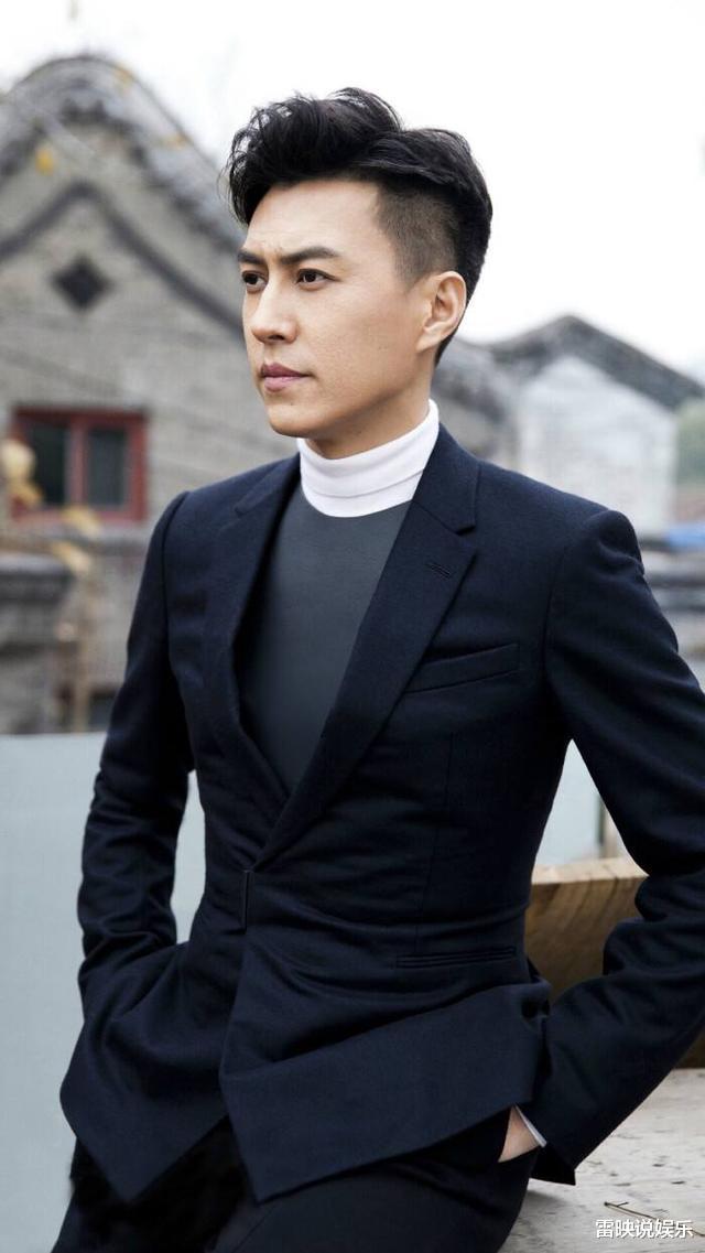 靳东的53岁前任与43岁现任,仅10岁之差,一个贵妇一个公主