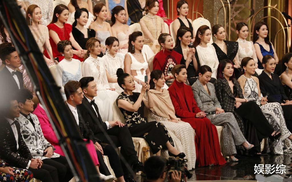 TVB颁奖礼花絮照:女星在玩手机,男星在发呆,而她端保温杯喝水