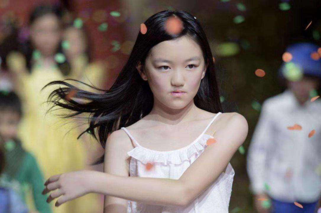 王菲女儿李嫣为义卖露面,发色夸张穿着清凉,兔唇修复成功无伤疤