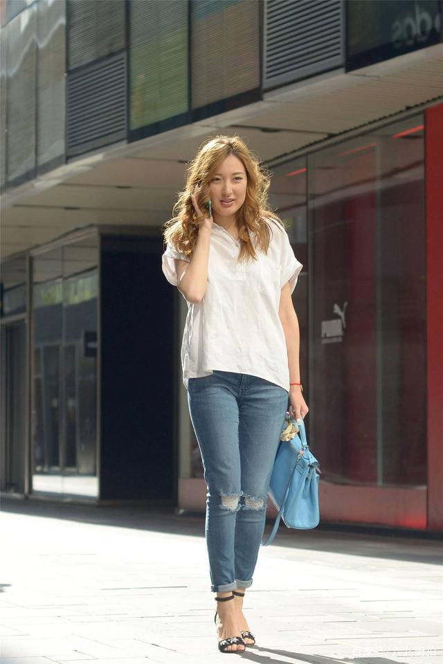 清秀佳人_蓝色紧身牛仔裤,搭配一字带粗跟凉鞋,把半袖衣襟掖起来会更好