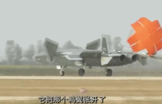 杀出重围2_歼-20短距降落成变形金刚,八翼面偏转,摧毁F-22又一骄傲!