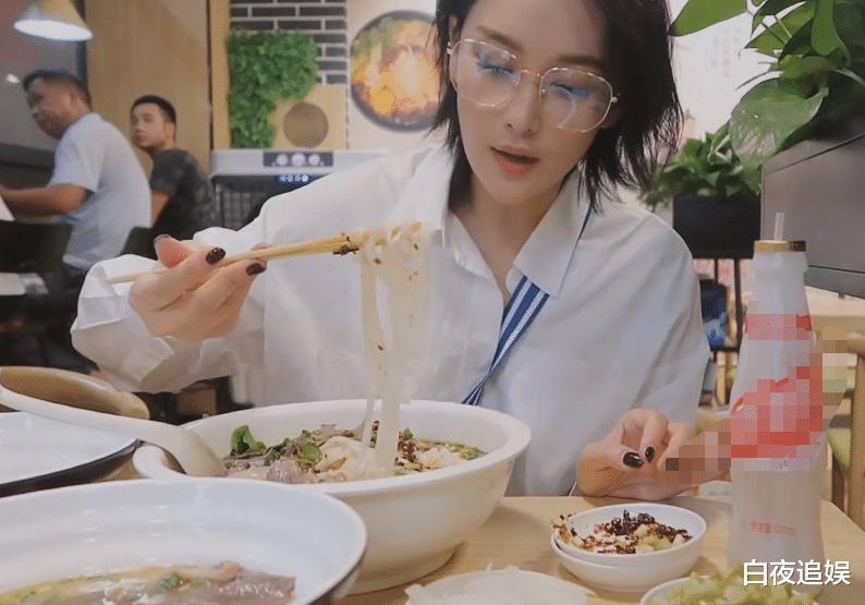 张馨予深夜吃米粉,看清她点多少菜后,颠覆了我对女星饭量的认识