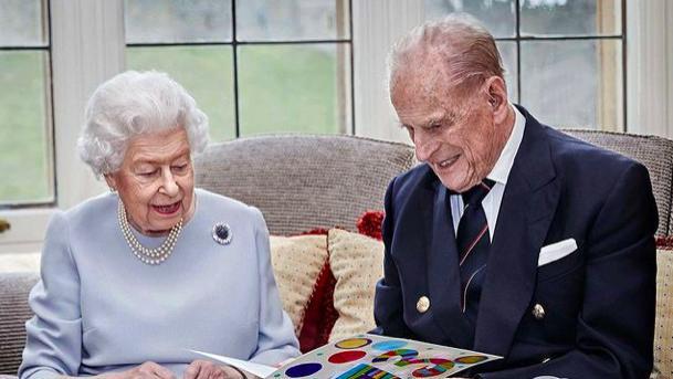 """英女王迎73周年纪念日!戴宝石镶钻胸针超奢华,99岁亲王""""蜥蜴人""""皮肤吓人"""
