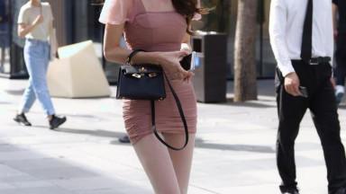 浅粉色包臀裙搭配粉色高跟鞋,美女的黄金比例,穿搭浑然一体