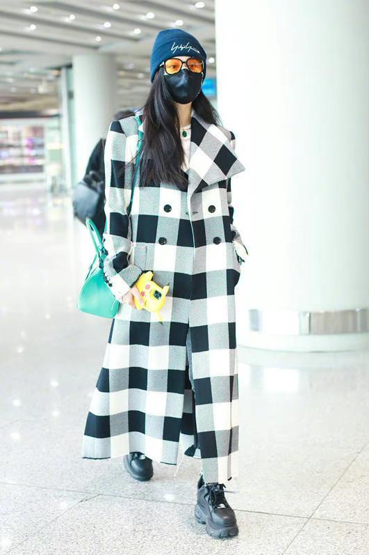 范冰冰真是时髦精,穿大衣配老爹鞋走机场,39岁打扮比00后还洋气