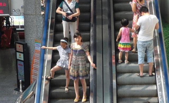 熊孩子进小区不走正道,穿道闸栏杆反被吊起来,男孩:再也不敢了 育儿 道闸 单机资讯  第3张