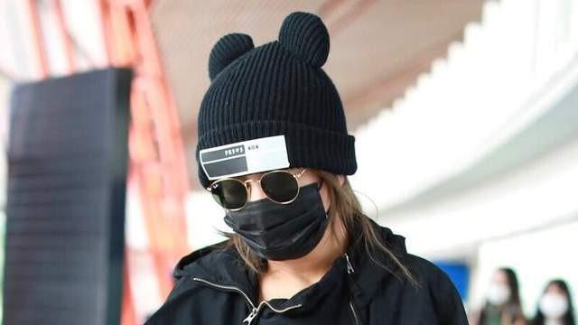 赵薇不愧是导演,就算一身黑穿搭都气场十足,米奇帽子时尚又减龄