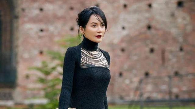 49岁俞飞鸿依然很冻龄,穿黑色连衣裙还挖个洞,手包好像金元宝