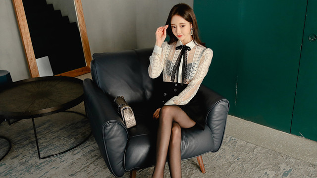 韩国模特珠珠时尚穿搭美图:东欧风羽凝微透百褶衣裙,时尚潮流