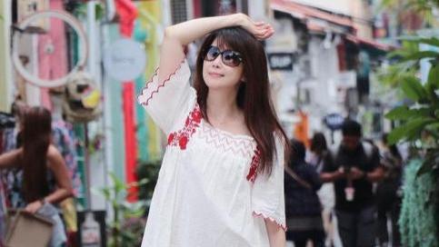 孟庭苇去旅游穿得真年轻,白色连衣裙配小白鞋,不像50岁像24岁