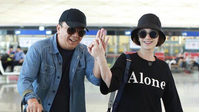 """李小冉在机场太随性,家居拖鞋直接穿出来,配T恤纱裙像""""少妇"""""""