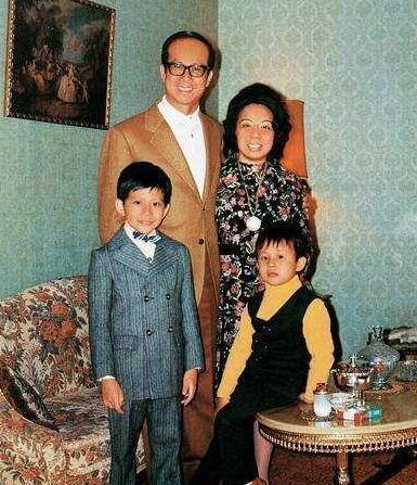31年前,李嘉诚带18岁李嘉欣回家,3小时候后原配突然暴毙