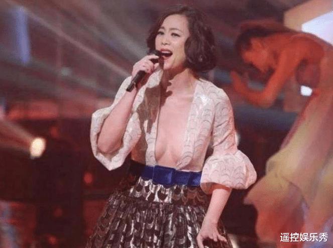 51岁女星为捞金豁出去了, 穿成这样唱歌, 场下的观众目不转睛
