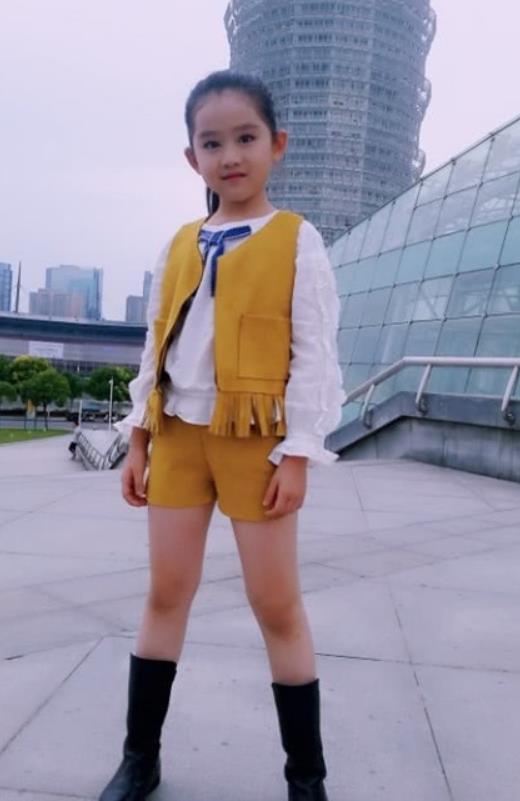 """孙怡的""""女儿""""因为颜值太高被禁止整容,穿上中筒靴,结果凹出了电棒腿!"""