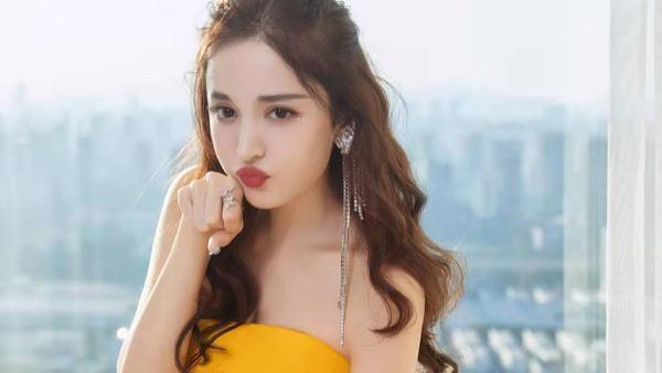 古力娜扎穿搭好俏皮,身着活力四射的明黄色礼服裙,明媚而惬意