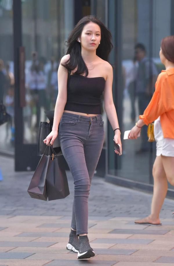 气质女生的牛仔裤穿搭,简约清爽又个性,彰显时尚品味 流行文化 时装搭配 牛仔裤 单机资讯  第2张