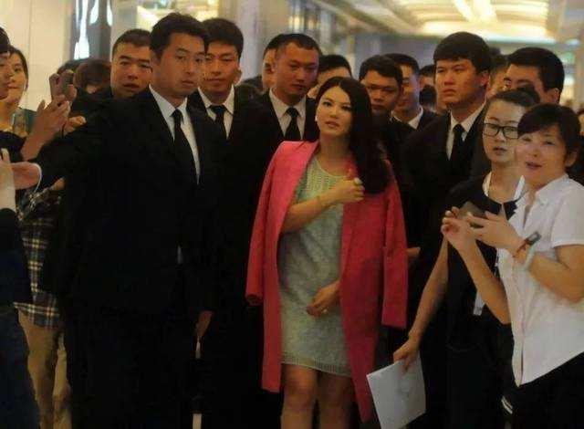 李湘为何这么有钱,好像一辈子花不完,听到何炅对她称呼后懂了