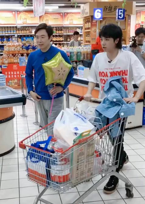 华晨宇带小孩买东西,谁注意购物车都买了啥?成年人身份太真实了