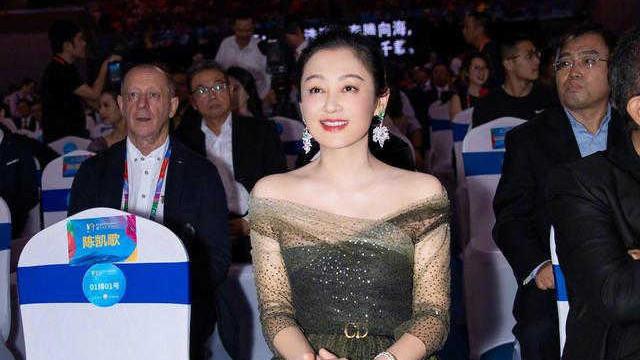 陈红真不像51岁了,一袭墨绿色露肩连衣裙太迷人,气质惊艳