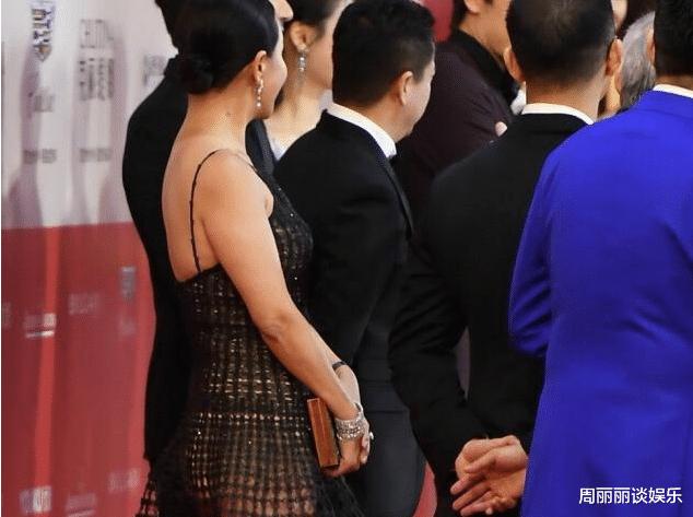 """59岁的刘嘉玲白色内裤""""透视装"""",身后马思纯表情亮了,网友:胆真大"""