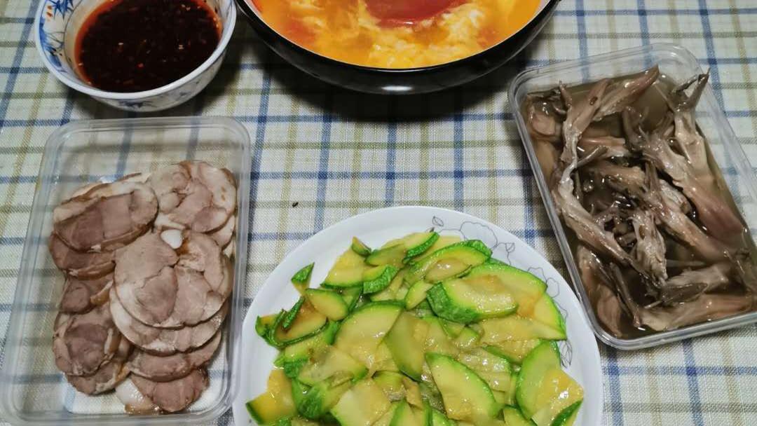 晚上简单做一菜一汤,下班顺带两熟菜,4道菜花费近130元,贵不贵