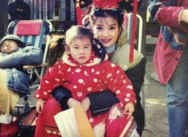 20年前,赵薇拍还珠格格时,怀中抱的孩子竟是小沈阳?