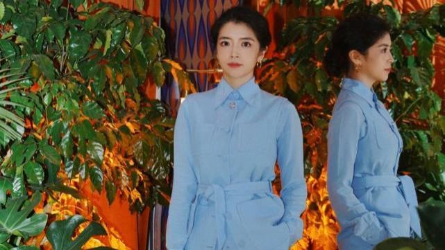 时尚博主的高级穿搭又来了,身穿蓝色套装,清爽又干练,值得借鉴