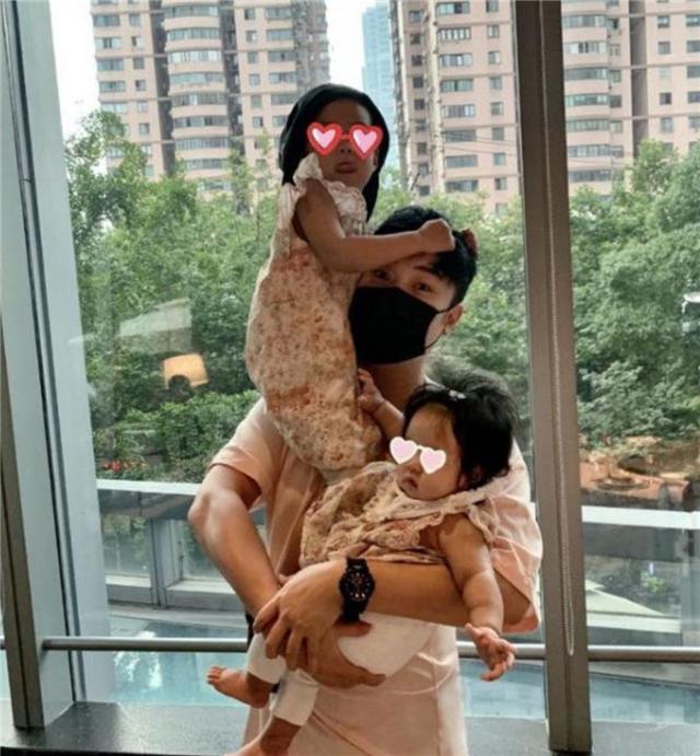 张子萱带女儿游玩迪士尼,抱着女儿脸上洋溢着幸福的微笑