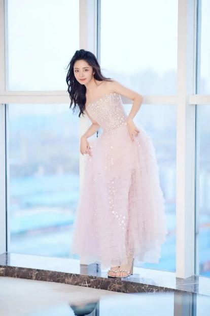 魔兽单机地图_金鹰红毯女明星比美,谭松韵妆容精致,却被曝穿3年前过季礼服?