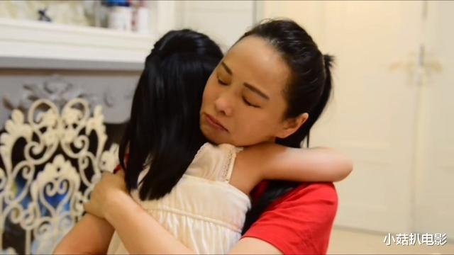 50岁的伊能静连续录4个月综艺,不舍4岁女儿落泪,18岁的儿子出镜陪她练舞