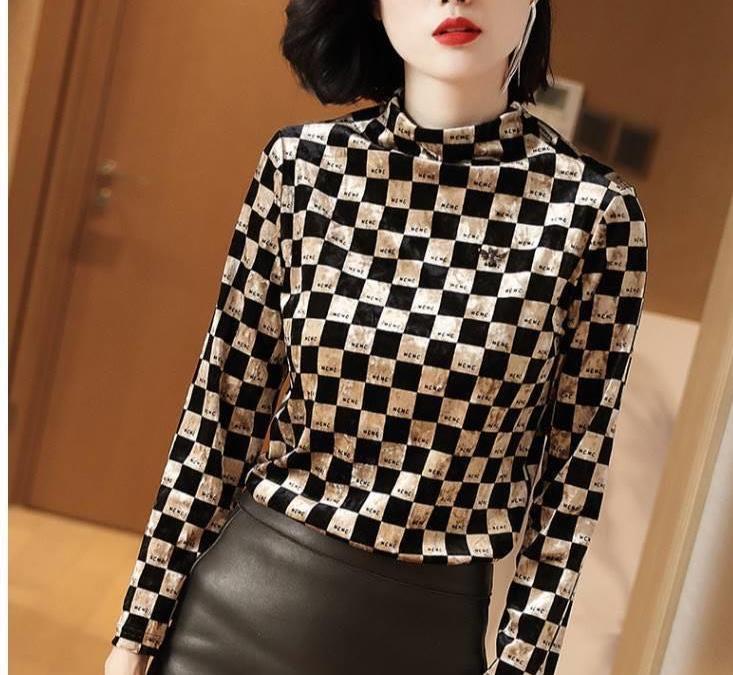 """真封神外挂_40岁的女人穿衣别太俗,试试这款""""格纹打底衫"""",优雅显气质"""