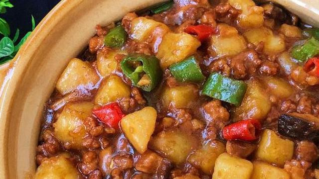 麻婆豆腐盖浇饭,汤汁带饭和豆腐送入口中,微微的麻豆腐的超赞
