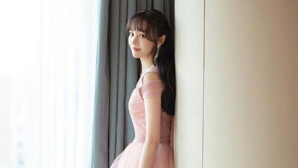 郑爽最新造型出炉,粉色纱裙抹胸黑裙分别演绎高级感,优雅又贵气